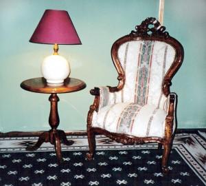 Sitial victoriano con mesa lateral redonda